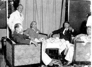 Kedatangan Presiden Filipina; depan kiri adalah M Hoesni Thamrin