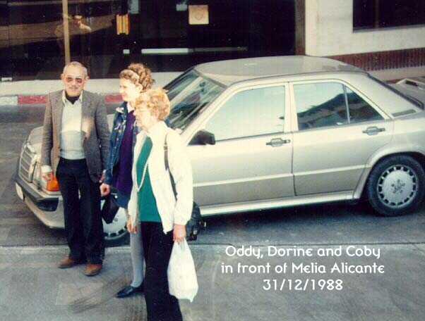Dorine bersama kedua orang tuanya (1989)