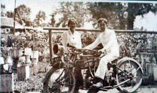 Tjennie bersama adiknya Alex di Amurang