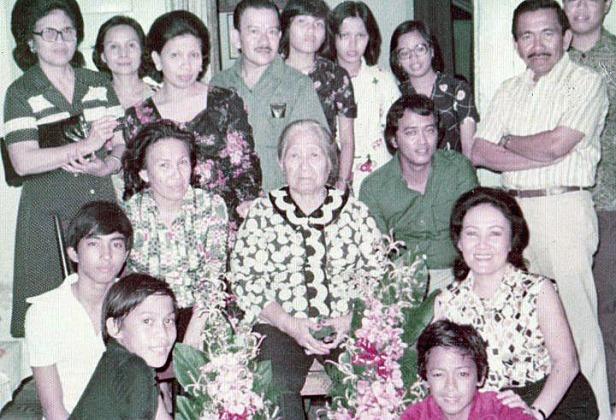 Tjennie bersama anak-cucu dan keponakan2 di Jakarta (1979)