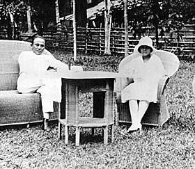 Tjennie bersama suaminya bertamu ke kawannya di Manado