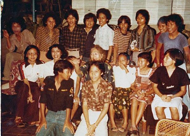 Oma Tjen diantara cucu2nya ( kira2 tahun 1973)