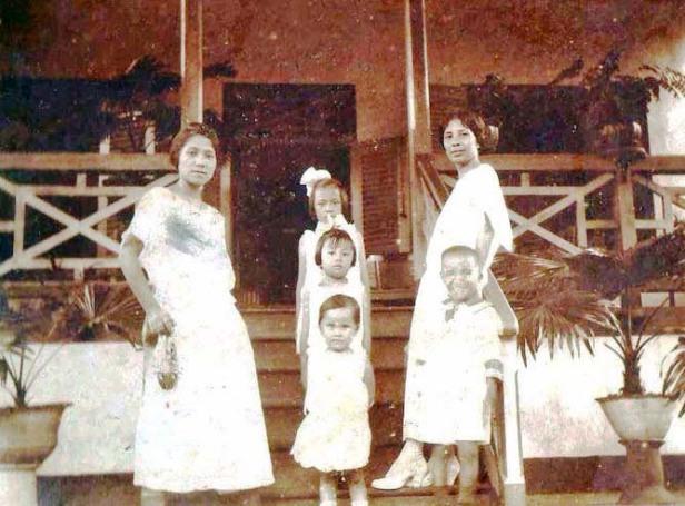 Tjennie bersama kakak dan anak2 kakaknya dimuka rumah di Amurang