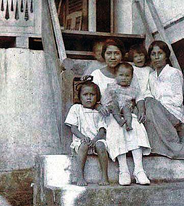 Tjennie bersama kakaknya dan keempat keponakannya: Fransje, Willy, Etty dan Leny