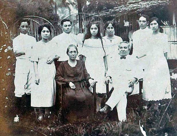 Foto keluarga bersama kedua kakak beserta suami yang telah mapan