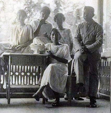 Tjennie bersama tamu keluarga dirumah di Manado
