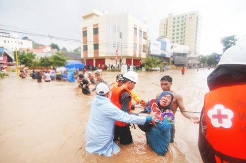 Gambar 5. Seorang ibu lansia dibantu menyelamatkan diri.