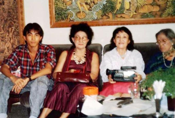 On a TAMBAJONG family gathering in 1988 at Jakarta, Tante Dee second from left