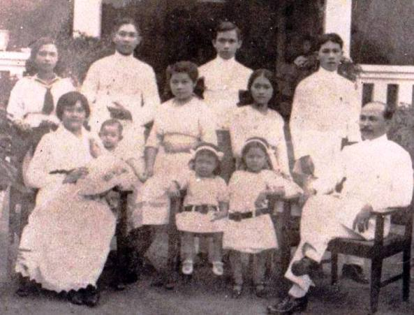 The family in Manado wth Tante Dee sitting on the lap of her mother.